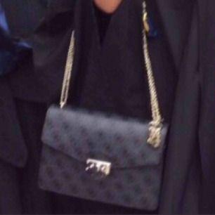 Äkta Guess väska använd fåtal gånger köpt för 1200 kr