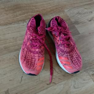 I princip oanvända sneakers från Adidas