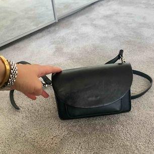 Säljer denna superfina Carin Wester väska i svart. Den är ganska liten men väldigt rymlig. Den är i superfint skick, knappt någon användning. Frakt tillkommer.
