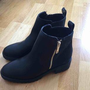 Helt nya svarta boots från HM.