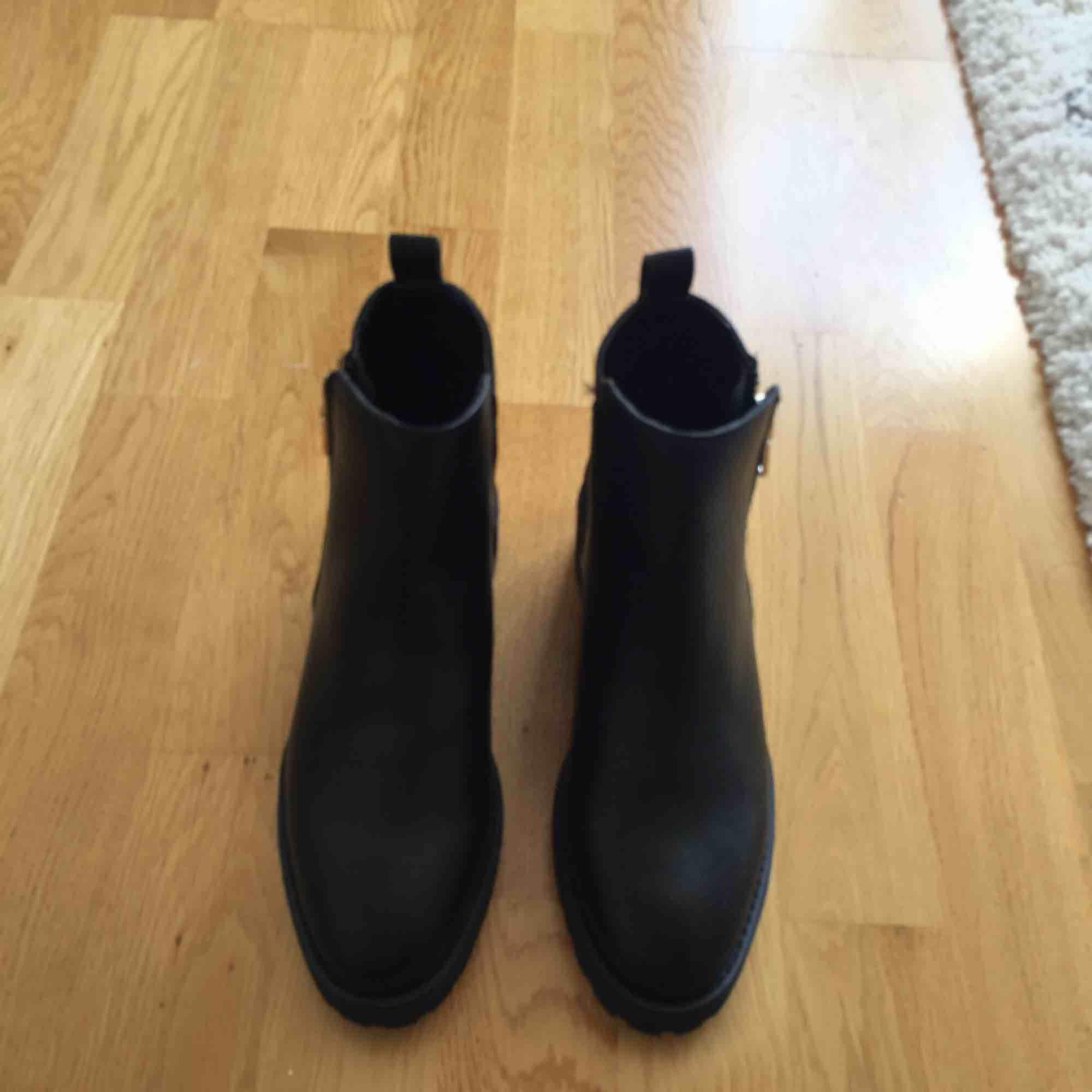 Helt nya svarta boots från HM. . Skor.