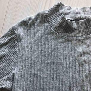 Grå tröja från bikbok. Sista bilden är från butiken där du ser hur modellen är. Frakt endast 30 kr!
