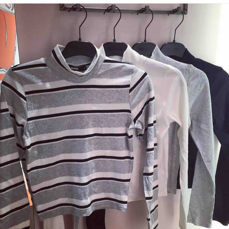 Grå tröja från bikbok. Sista bilden är från butiken där du ser hur modellen är. Frakt endast 30 kr!. Tröjor & Koftor.