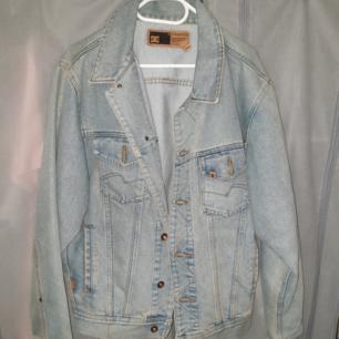 DC jeans jacka i ny skick st medium large på eskilsvägen i Handen men kan träffas upp i närheten