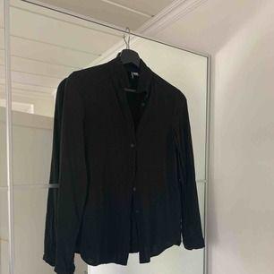En superfin svart enkel skjorta/blus från H&M i storlek 36. Jättefint skick, knappt använd. Frakt tillkommer