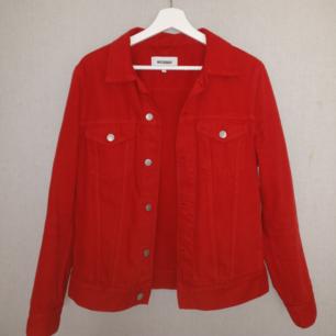 Röd jeansjacka från Weekday. Lite större i storleken/hur den sitter. Fickor på sidorna finns (ej synliga på bild). Frakt ingår i priset!