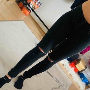 Svarta byxor från only i storlek XS/30. Är i bra men använt skick! Jag kan frakta om köparen står för frakten & jag har swish, mer bilder kan skickas!💌