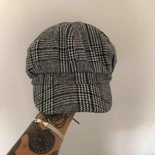 Helt ny trendig hatt! Aldrig använd köpt från Lindex!