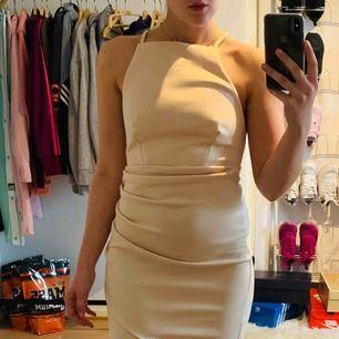 Beige klänning från Nelly med öppen rygg i storlek S, fint skick! Jag kan frakta om köparen står för frakten & jag har swish, mer bilder kan skickas!💌