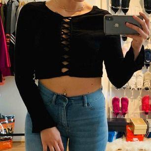 En svart top från H&M med detalj fram i storlek 36, knappt använd! Jag kan frakta om köparen står för frakten & jag har swish, mer bilder kan skickas!💌