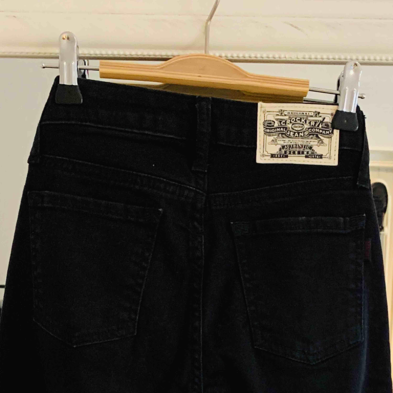 Helt nya svarta crocker i storlek 23/30, kan tyvärr inte skicka bilder när dem sitter på då dem är för små! Jag kan frakta om köparen står för frakten & jag har swish!💌. Jeans & Byxor.