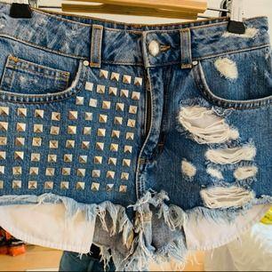 Ett par shorts från bikbok i storlek XS med nitar på framsidan! Jag kan frakta om köparen står för frakten & jag har swish, mer bilder kan skickas!💌