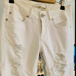Ett par vita jeans från Gina tricot med slitningar på framsidan är i storlek 26, men skulle säga att det är som en xxs. Låg midja! Jag kan frakta om köparen står för frakten & jag har swish, mer bilder kan skickas!💌