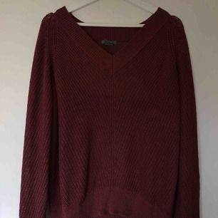 stickad tröja i en rostig färg såså fin till hösten! Storlek M, sitter lite oversize ✌🏼🍂