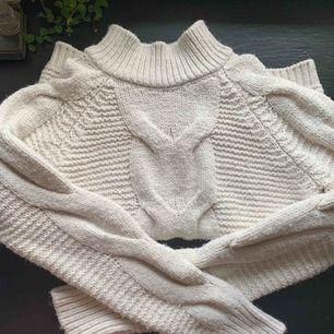 Suuuuper mysig stickad tröja! Sparsamt använd, frakt på 70kr tillkommer! Kram 💗💗