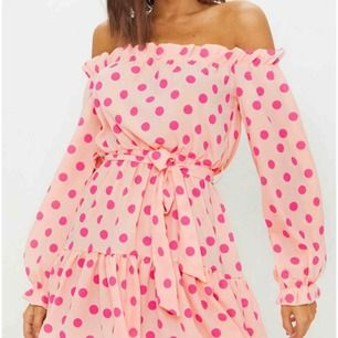 Helt ny klänning beställd från Pretty Little Thing. Fortfarande inpackad i påsen. Säljes då jag fick två likadana.