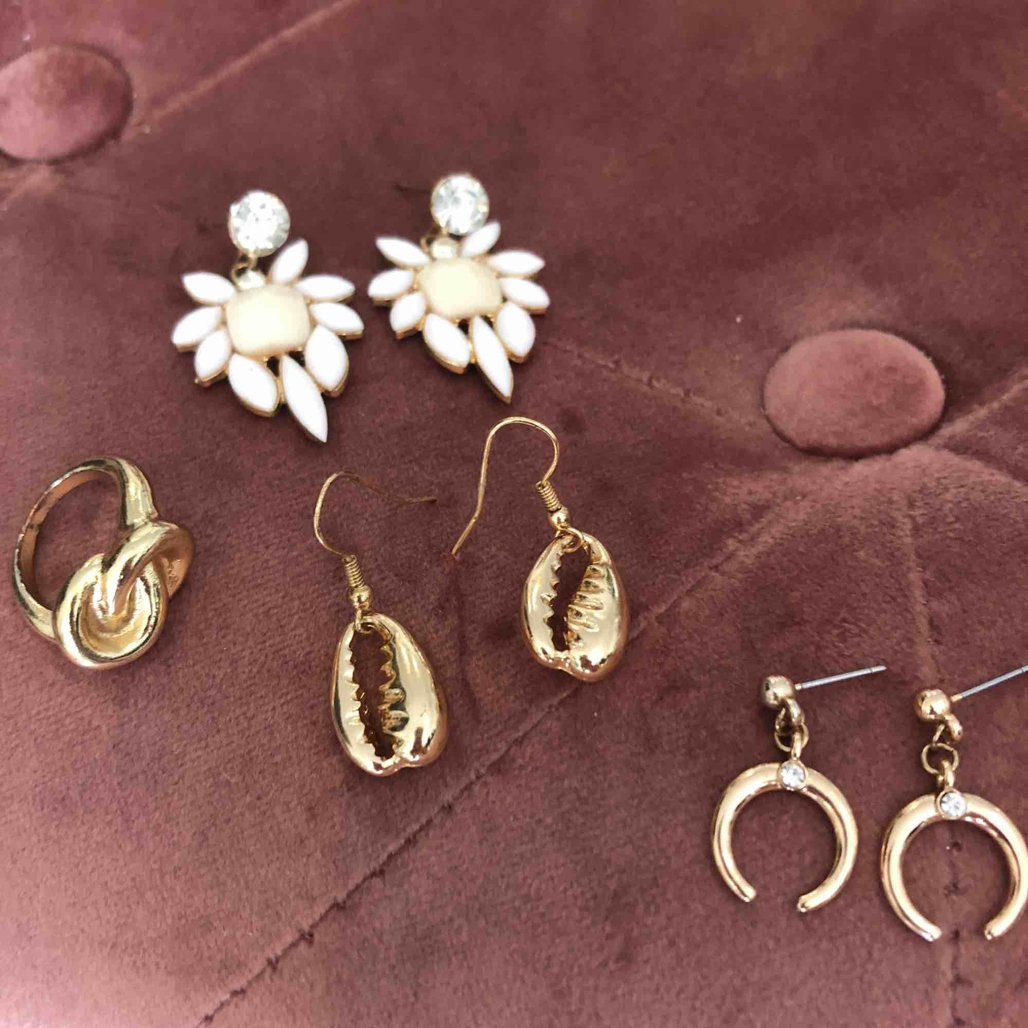 """Alla fri frakt! 🌹 Smycken i perfekt skick, vita örhängen: 40 kr, ring: 30 kr, snäckor: 35 kr, """"måne"""": 20 kr . Accessoarer."""