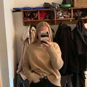 Stockad tröja med högre krage och lite större i modellen, jättemysig och varm. Säljer pågrund av kommer ej till användning.