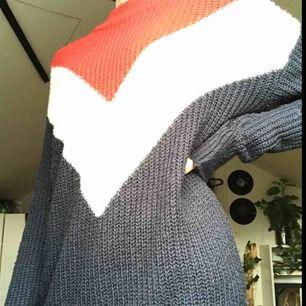 Superskön stickad tröja från hm🌵bra skick, använd någon enstaka gång😇säljer pgr av att jag inte trivs med färgerna💓 frakt är inräknat i priset