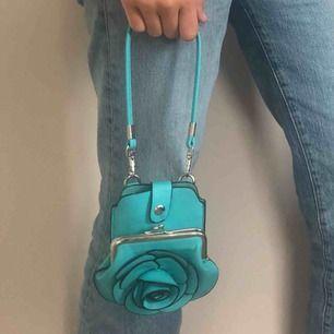 Denna väska är söt men ändå cool, bra att ha mobilen i och kort💓 vet inte riktigt vart den är ifrån☀️