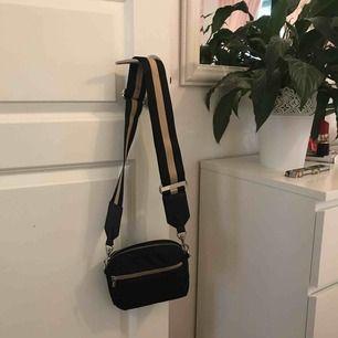 Säljer nu min balla väska från Lindex köpt för 2 månader sen. Den är rymlig med ett stort fack och ett litet och så har den ett justerbart tjockt band som även går att byta om man vill det, säljer för 75kr + frakt!