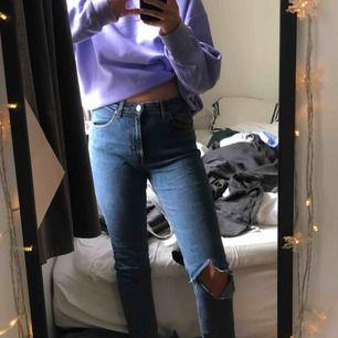 Säljer mina älskade jeans från Weekday då de är för små för mig. Fick de för lite mer än 1 år sedan och jag har älskat de. Så sköna, så snygga men kan tyvärr inte ha de längre. Har gjort eget hål på ena knäet.