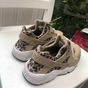 Nike sneakers i guld/Leo. Står storlek 39 men jag som har 39 tycker de är för små så passar nog 38 bättre. FLYTTAR PÅ LÖRDAG SÅ VILL MAN HA DESSA ÄR DET SNABBA BUD😄🥰