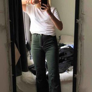 """Säljer mina asballa """"jeans"""" från NA-KD. Köpte förra julen men har knappt använt de då de är för korta på mig (jag är 171cm) :( jättesynd för jag tycker de är ascoola och de passar till massa tillfällen. Som nya då jag bara använt de 3 gånger"""
