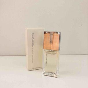 Jag köpte den från parfym.se för 230kr men när den kom hem ångrade jag mig då jag redan har massa parfymer! Får kolla eventuell frakt :)