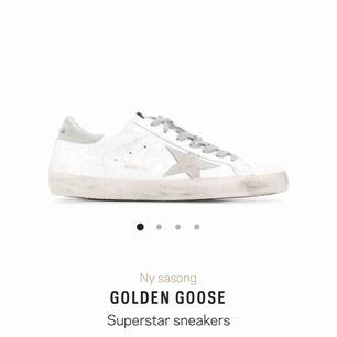 Säljer dessa asballa sneakers från GGDB (Golden Goose Deluxe Brand) stilrena så de passar till alla outfits. Tyvärr för stora på mig vilket gör att jag inte använder de. Köpte för 2/3 år sedan, använda några fåtal gånger, fortfarande i superbra skick
