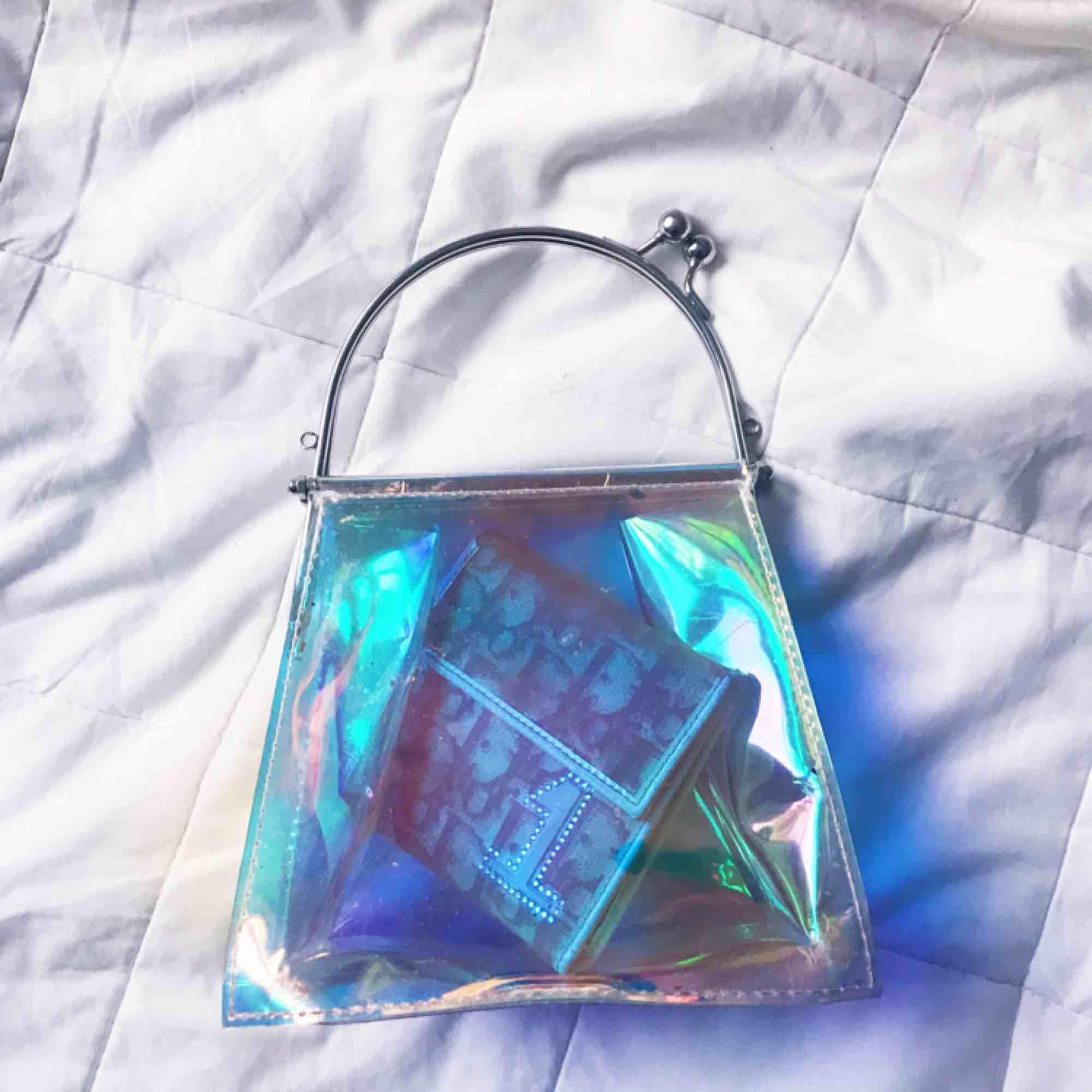 🦋🦋Holografisk handväska i plast 🦋🦋  Diorplånbok finns i separat annons dm för frågor . Väskor.