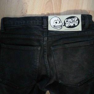 Svarta cheap monday jeans med slitningar/hål fram till. Väl använda men mycket bra kvalitet. Köparen betalar för frakten😊