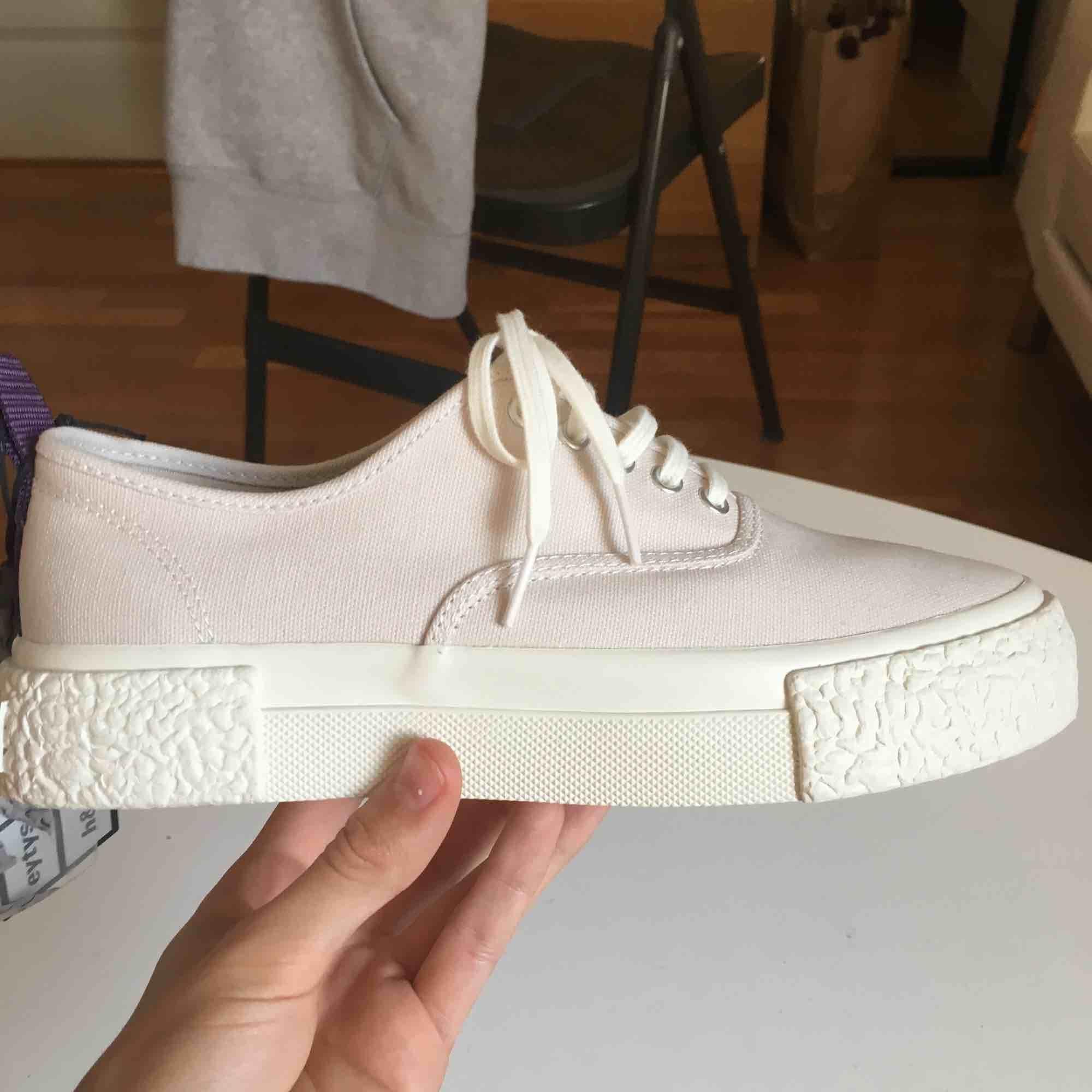 Hm's collab med Eytys skor som säljes pågrund av köp av fel storlek. Skorna har aldrig använts utöver när de provades! Färgen är Rosa beige och skorna är i storlek 39 :). Skor.