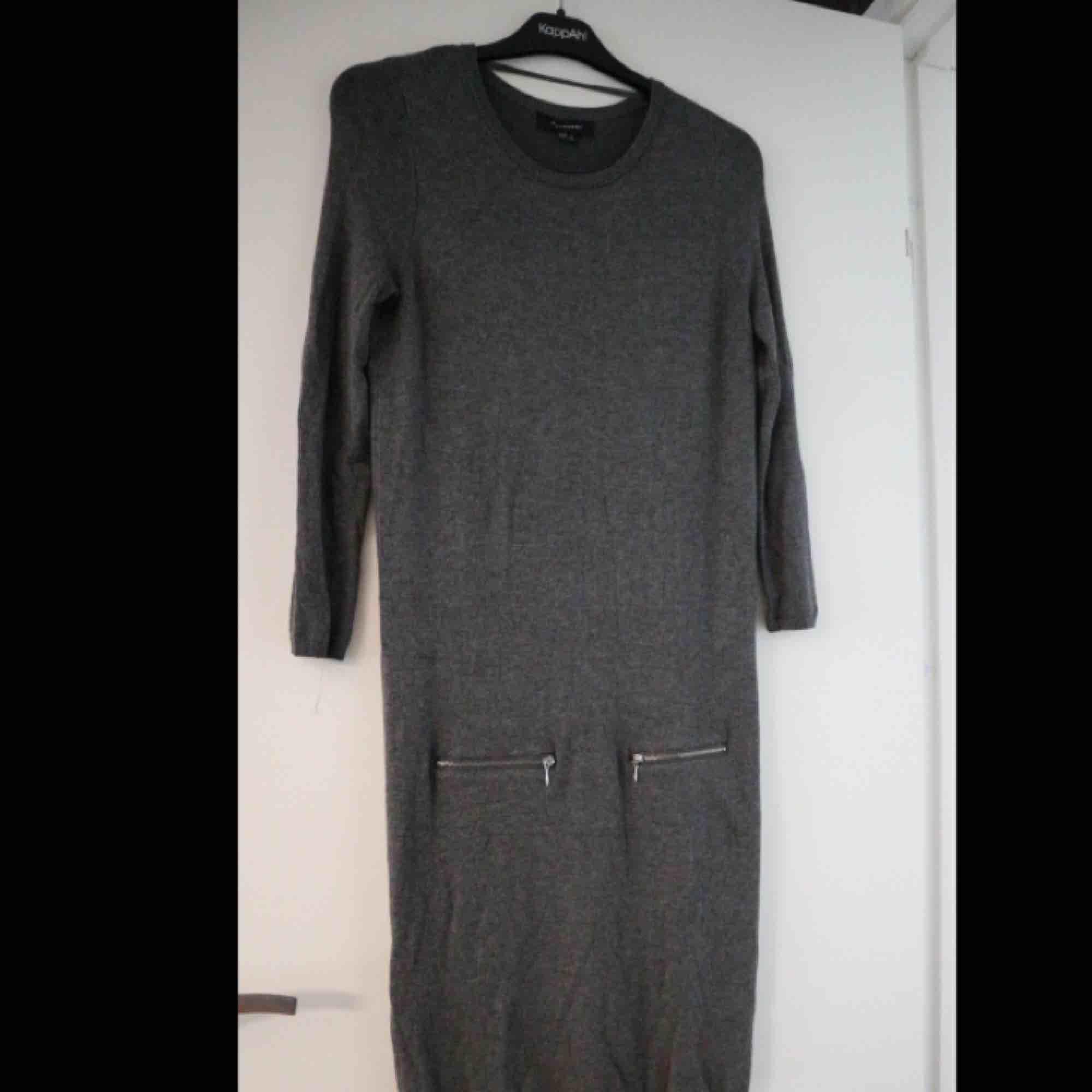 Sjukt mysig klänning med långa ärmar, använd ett fåtal gånger.. Klänningar.