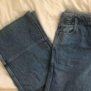 Snygga och väldigt bekväma högmidjade jeans från Weekday. Bra skick förutom ett litet pennstreck, syns på bild 3. Möts i Sthlm eller fraktar mot fraktkostnad.