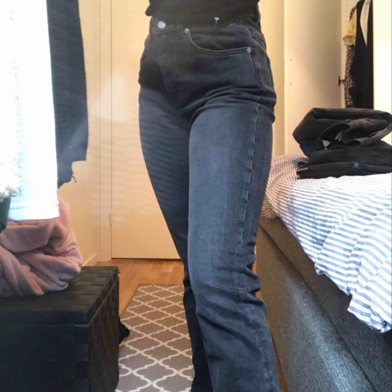 Säljer mina weekday jenans då de var för långa för mig, och det kostar onödigt mycket att sy upp dom så säljer de istället. Aldrig använda. Passar både XS/S, jag är 1,58 och för mig är de för långa😊  Jag och köpare delar på frakten😊. Jeans & Byxor.