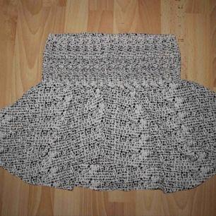 Jättegullig kjol! Använd på skolavslutningar och sommarfester. Elastisk i midjan. Liten fläck som knappt syns och som blandar in sig i mönstret