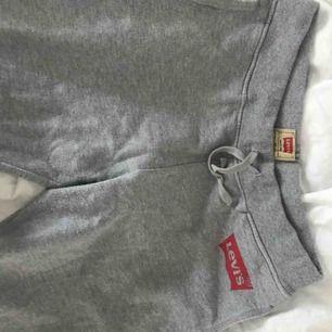 gråa mjukisbyxor från levi's i fint skick! inte använda ofta alls. vet inte riktigt vilken storlek de är men dom passar bra på mig som brukar ha S