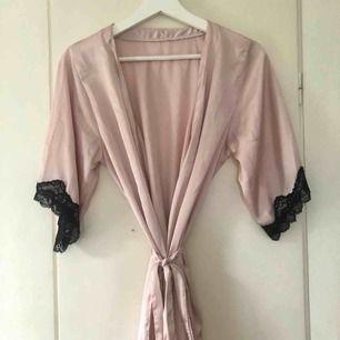 En superfin ljusrosa kimono från HM 😻😻 Säljer den för 50 kr + frakt då den är lite trasig på ryggen och i fram.  Kontakta mig vid intresse eller frågor!