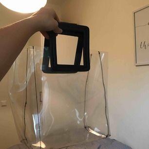 Väska ifrån Gina Tricot!!! Superfin och trendig!!! Ganska rymlig och får plats med eN dator. Nypris: 349kr  Jag och köpare delar på frakten😍