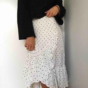 Min gamla favoritkjol i sidenliknande i prickigt typ. Köpt förra sommaren. I gott skick fortfarande!  Nypris 400