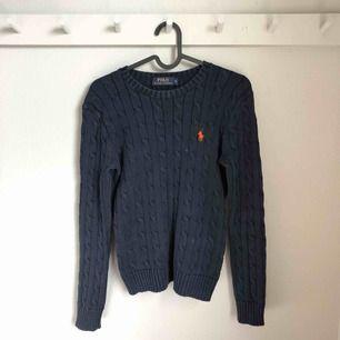 Kabelstickad tröja från Ralph Lauren. Köparen står för frakt
