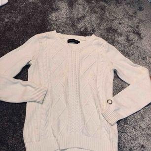 Stickad vit tröja, använd, nopprig och tråden (se bild) tror nypriset var ungefär 700kr