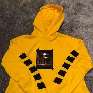 Suuupppeerrr snygg gul hoodie från Linn Ahlborgs kollektion, använd 1 gång så den är som ny  Fraktar spårbart 63kr