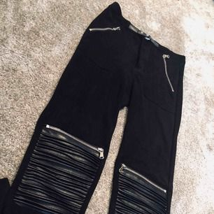 Super coola svarta byxor från manieredevoir, lite som sammet känsla i materialet