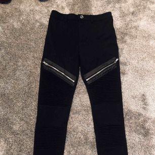 Super coola svarta byxor från manieredevoir aldrig använda