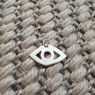 Fin öga pendant hängsmycken silver. Frakt ingår i priset. Kan mötas upp i malmö. Kan ta fler bilder