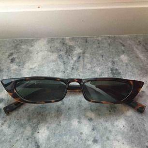 Solglasögon från FashionNova