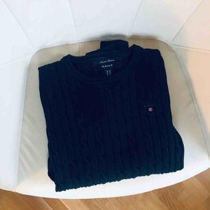 Marinblå kabelstickad tröja från Gant, storlek XS. Använd men i gott skick! Köparen står för frakten på 36kr 📦