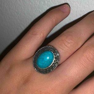 Jag säljer en oanvänd ring i silver med blått marmor!✨